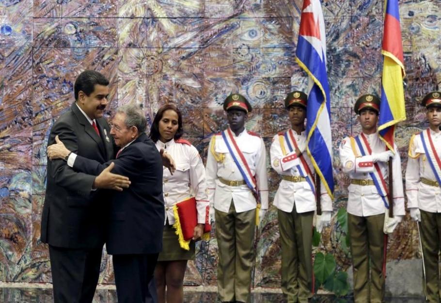 Raúl Castro abraça Nicolás Maduro depois de condecorá-lo com a Ordem Jos[e Martí, mais alta distinção cubana - REUTERS/Enrique de la Osa