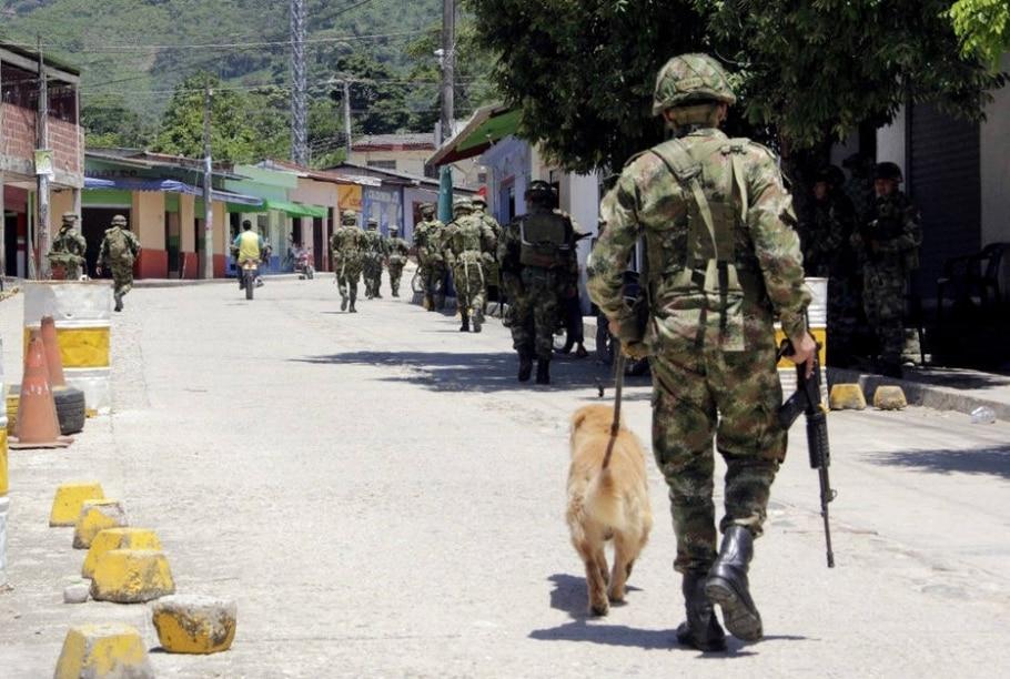 Soldados patrulham a localidade de El Tarra, na Colômbia, onde a jornalista espanhola  Salud Hernández desapareceu no sábado - EFE