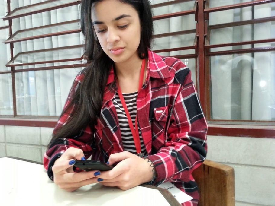 Jovens brasileiros usam mais internet pelo celular do que pelo computador - Isabela Palhares/Estadão