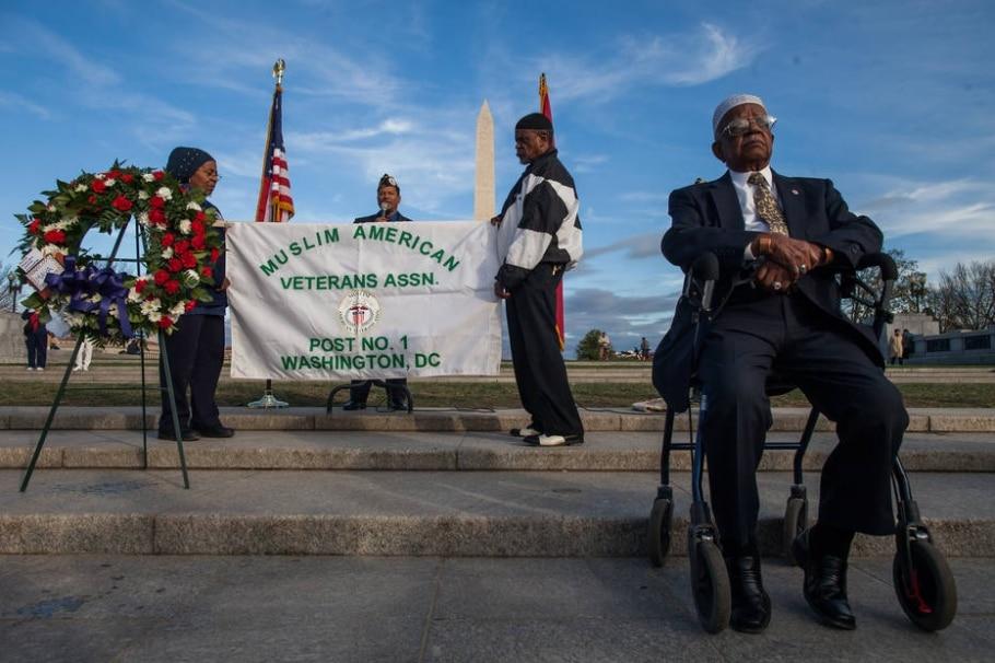 Nazim Abdul Karreim e outros membros da Associação de Veteranos Muçulmanos no memorial da 2ª Guerra, em Washington; os muçulmanos representam 0,3% dos militares dos EUA - Zach Gibson/The New York Times