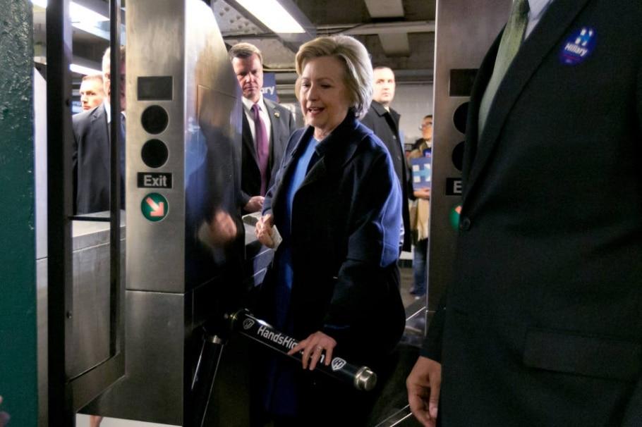 Em campanha em NY, Hillary Clinton causa alvoroço ao pegar o metrô - AP Photo/Richard Drew