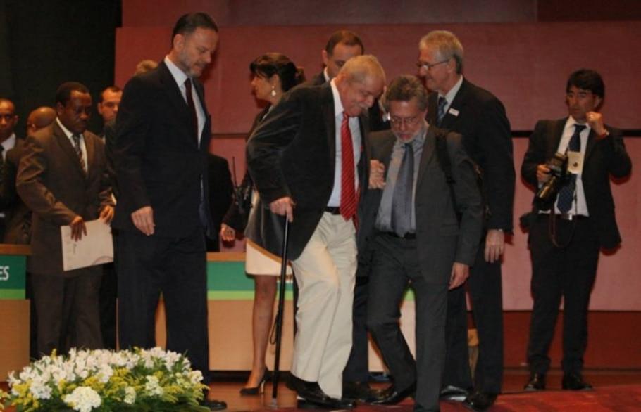 Lula usa bengala e fala após sete meses em seminário no Rio - Tasso Marcelo/AE
