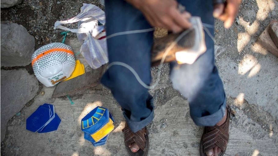 Produção de bolas de futebol em Chichihualco - Pedro Pardo/ AFP