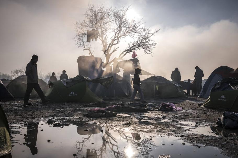 Nascer do sol no acampamento em Idomeni, na Grécia; imigrantes convivem com falta de estrutura e doenças enquanto tentam chegar ao coração da Europa - Sergey Ponomarev/The New York Times