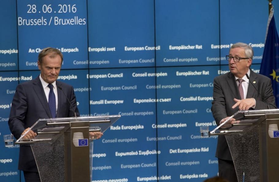 Os presidentes do Conselho Europeu, Donald Tusk, e da Comissão Europeia, Jean-Claude Juncker, durante encontro em Bruxelas - AP Photo/Virginia Mayo