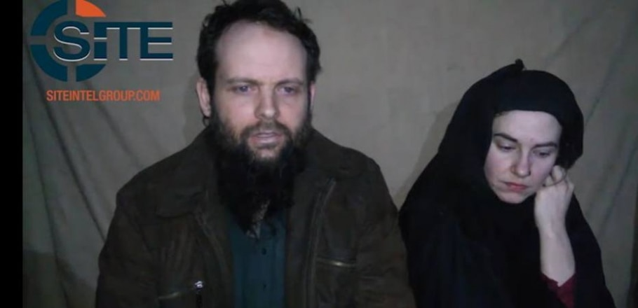 Imagem capturada do vídeo divulgado na terça-feira mostrando o canadense Joshua Boyle e a americana Caitlan Coleman, casal sequestrado no Afeganistão em 2012 - Reprodução/Twitter/Rita Katz