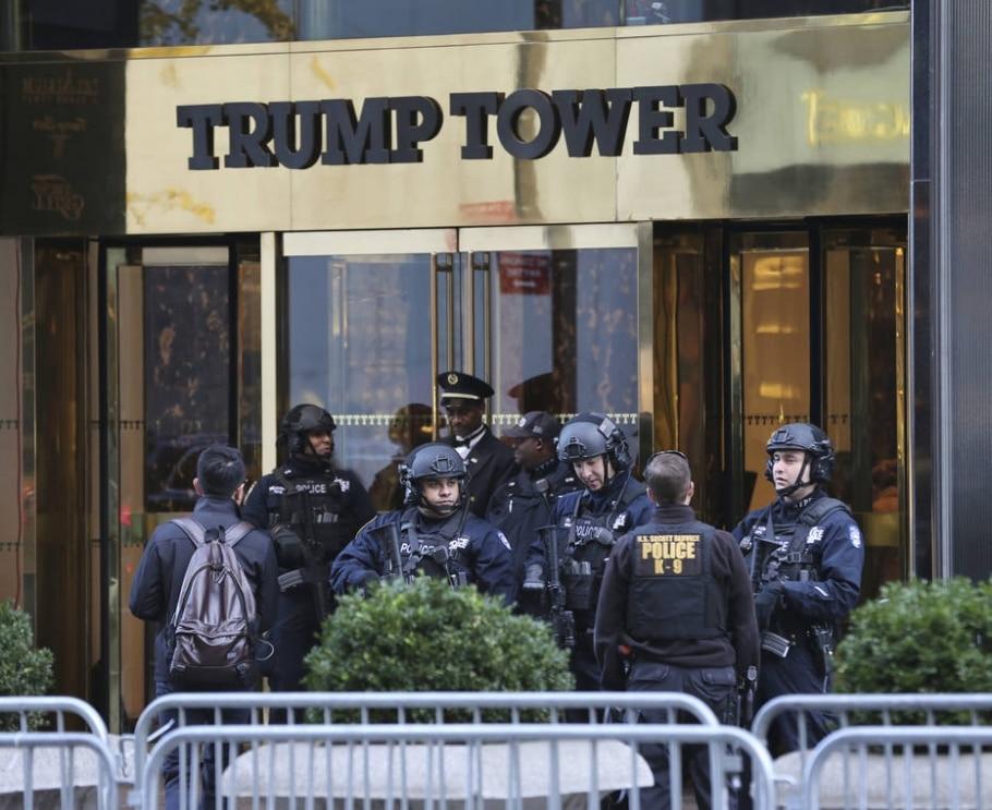 Policiais fazem a segurança da Trump Tower, em Manhattan; desde a eleição, serviço já custou mais de US$ 60 milhões - AP Photo/Seth Wenig