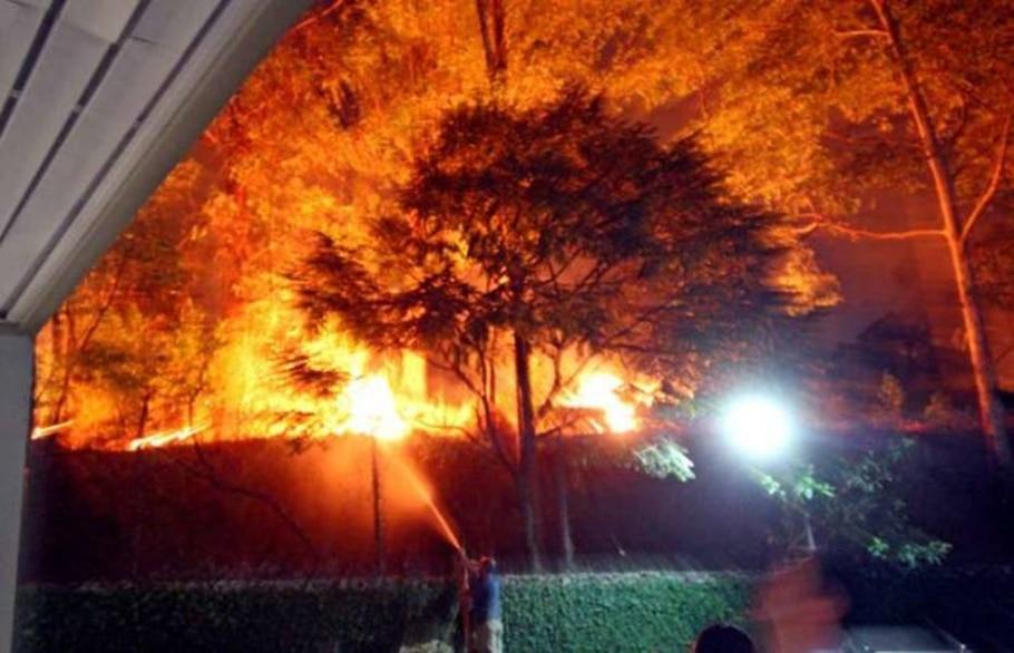 Bombeiros tiveram de entrar em algumas casas para chegar aos locais atingidos - Ernesto Rodrigues/AE