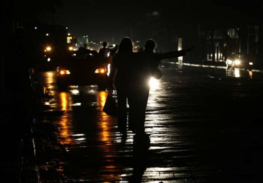 Pessoas tentam encontrar carona na avenida Rio Branco, no Rio. Estado também foi afetado pelo apagão - Wilton Júnior/AE