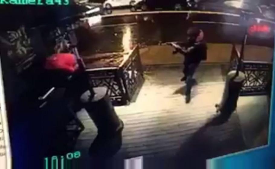 Todo de preto, com capuz e possivelmente usando luvas, terrorista invada clube noturno de Istambum na noite de ano-novo - AFP