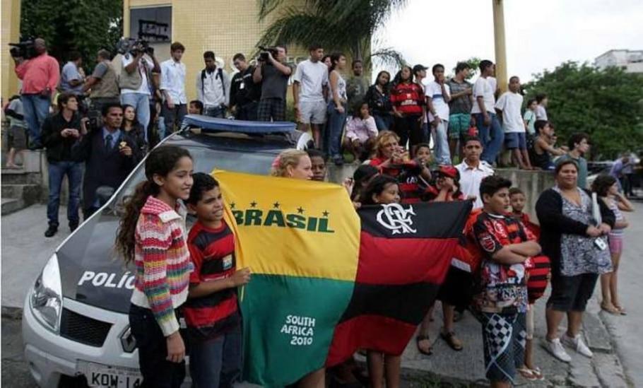 Pessoas em frente à 38.ª DP do Rio à espera de Adriano, que não comperece para depor - Marcos de Paula/AE - 31/05/2010