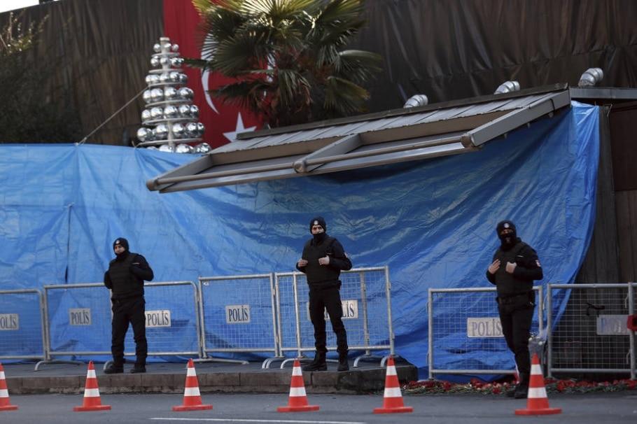 Policiais turcos mantém vigilância no perímetro do clube Reina, onde atirador matou 39 pessoas na noite de ano-novo - AP Photo/Halit Onur Sandal