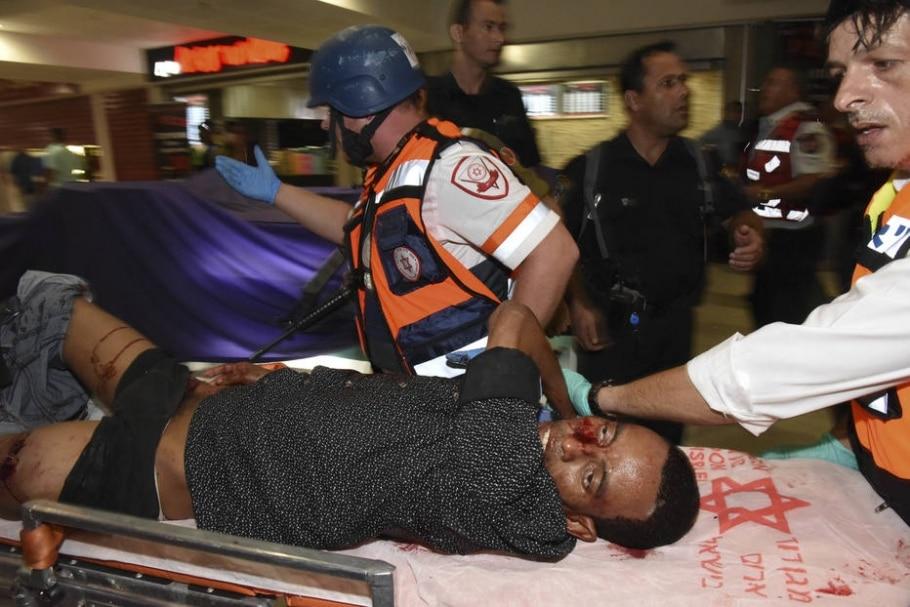 Imigrante eritreu confundido com agressor em Israel é socorrido após ser baleado e agredido em Beersheba - AP Photo/Dudu Grunshpan