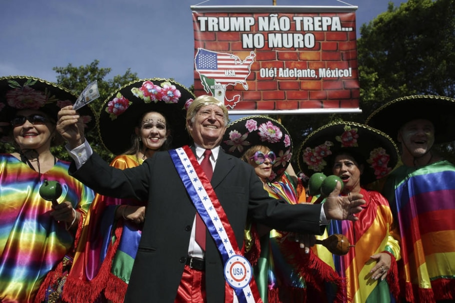 Trump no meio das mexicanas - AP Photo/Eraldo Peres