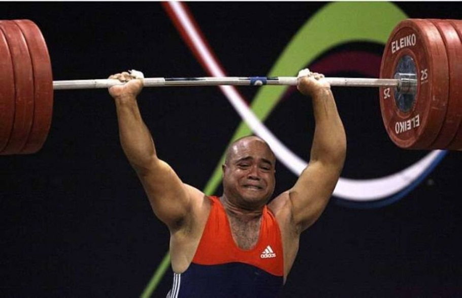 Venezuelano Julio Luna falhou na tentativa de levantar 105 quilos na disputa do levantamento de peso - Jose Miguel Gomez/Reuters