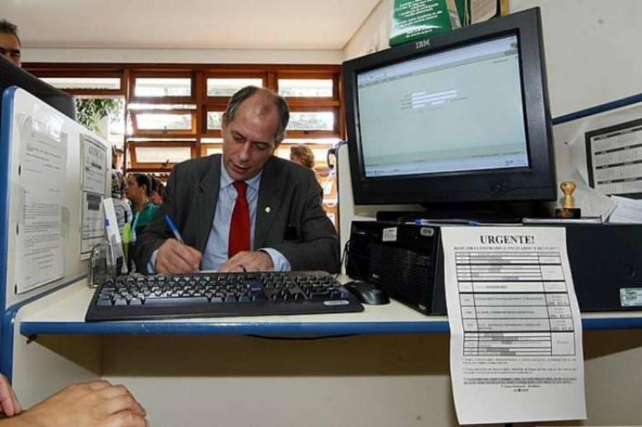Ciro Gomes assina documento de transferência de título de eleitor - JONNE RORIZ/AE