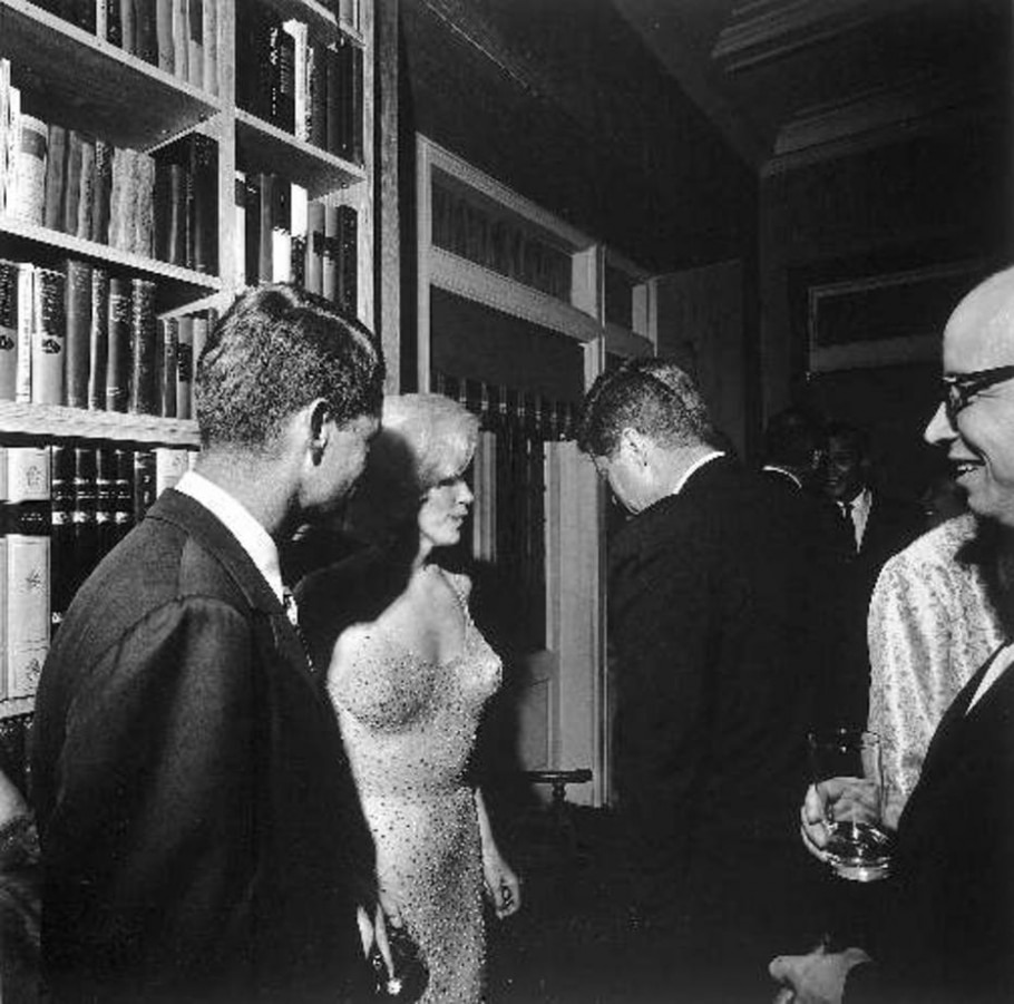 Marilyn Monroe entre Robert Kennedy e John F. Kennedy - Cecil Stoughton/Time Life Pictures/Getty Images