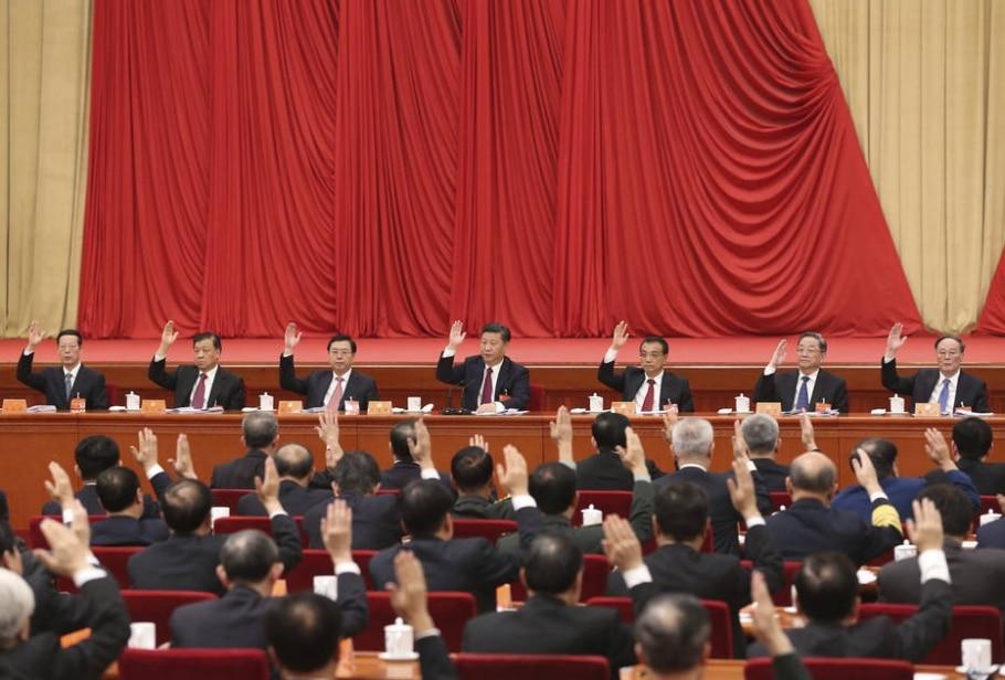 Membros do comitê central do Partido Comunista Chinês, incluindo o presidente Xi Jinping (C) votam no encontro anual da legenda - Pang Xinglei/Xinhua via AP