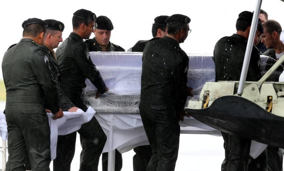 Corpos chegam a Chapecó - Paulo Whitaker/Reuters