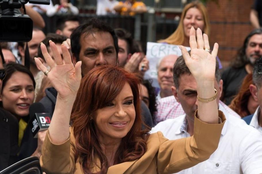 Cristina Kirchner acena para seguidores ao chegar a tribunal para depor, em outubro, em outro caso no qual é investigada - AFP PHOTO / EITAN ABRAMOVICH