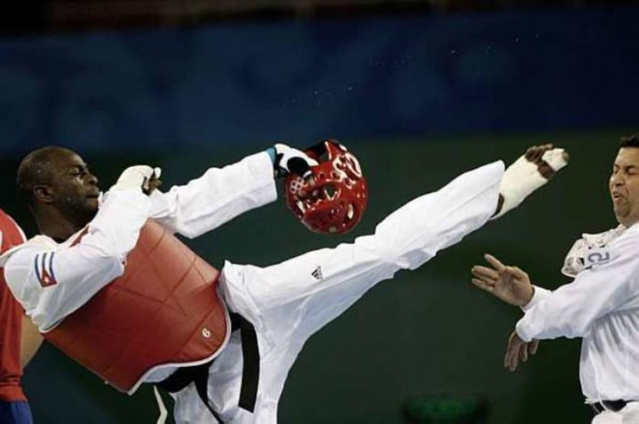 O lutador cubano Angel Valodia agrediu o juiz com um chute na cabeça. 23/08/08 - Efe