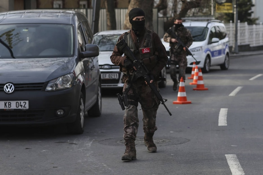 Membros das forças especiais de segurança da Turquia patrulham as ruas de Istambul - AP Photo/Emrah Gurel