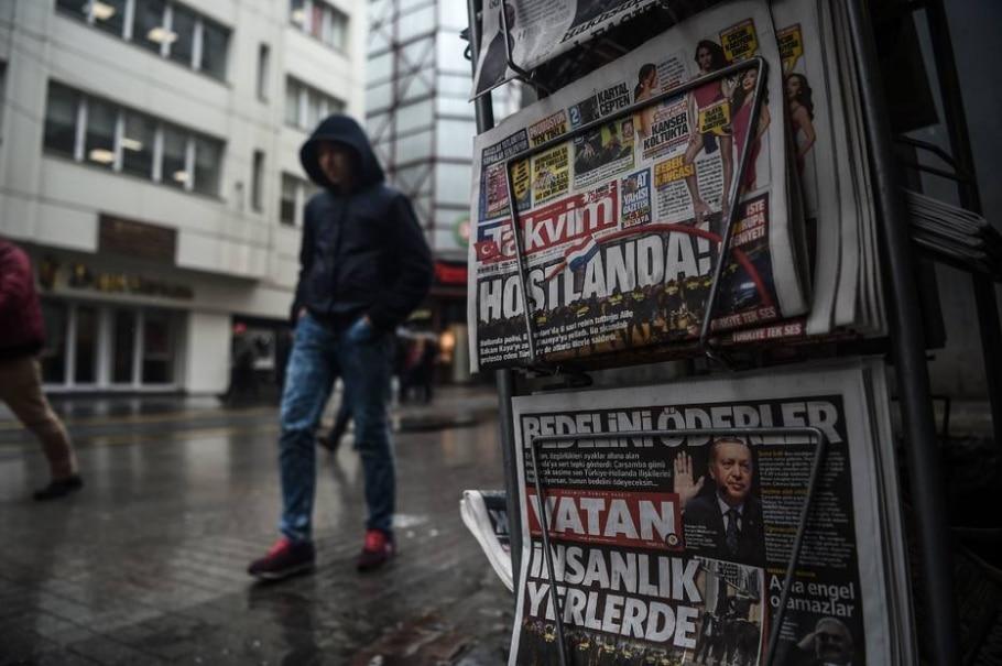 Jornais turcos repercutem nesta segunda-feira o desentendimento diplomático entre o país e a Holanda - AFP PHOTO / OZAN KOSE