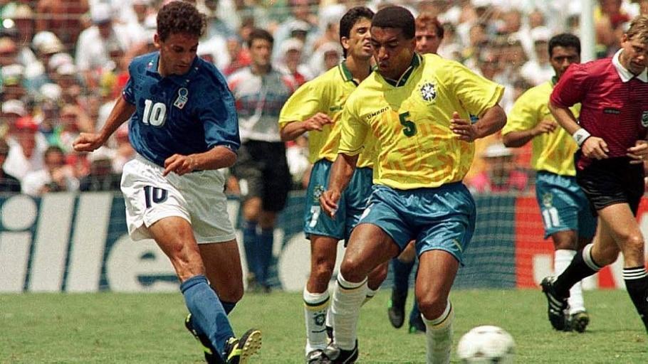 Mauro Silva desarma Roberto Baggio durante a final de 1994 - Arquivo/Estadão