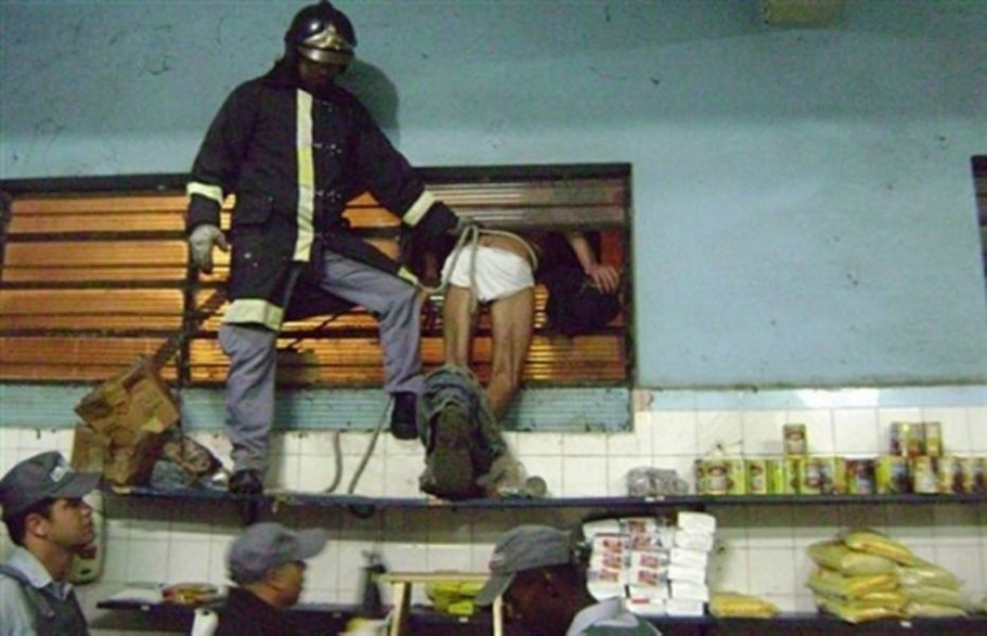 Homem fica entalado em janela ao tentar pegar um botijão de gás em Jaboticabal - Divulgação