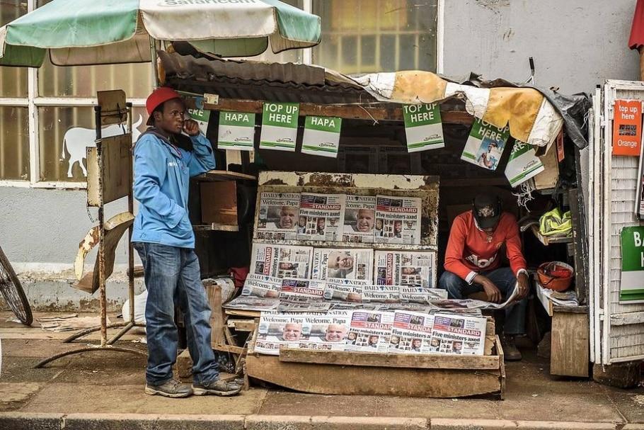 Banca de jornal no Quênia exibem publicações destacando a visita do papa Francisco - AFP PHOTO/Jennifer Huxta