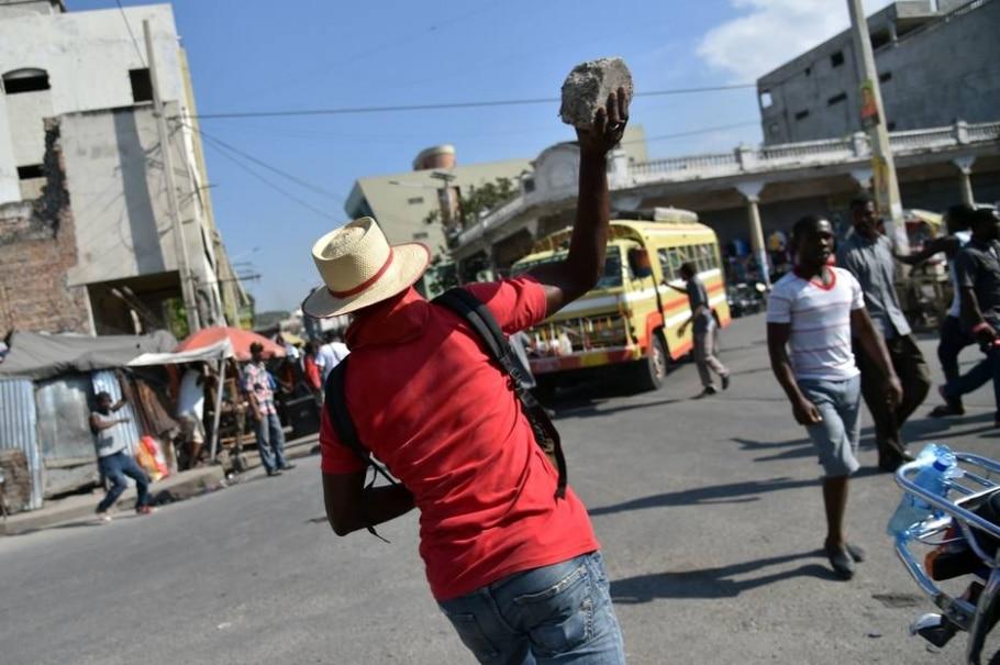 Haitianos protestam após candidato à presidência desistir de 2º turno - AFP / HECTOR RETAMAL