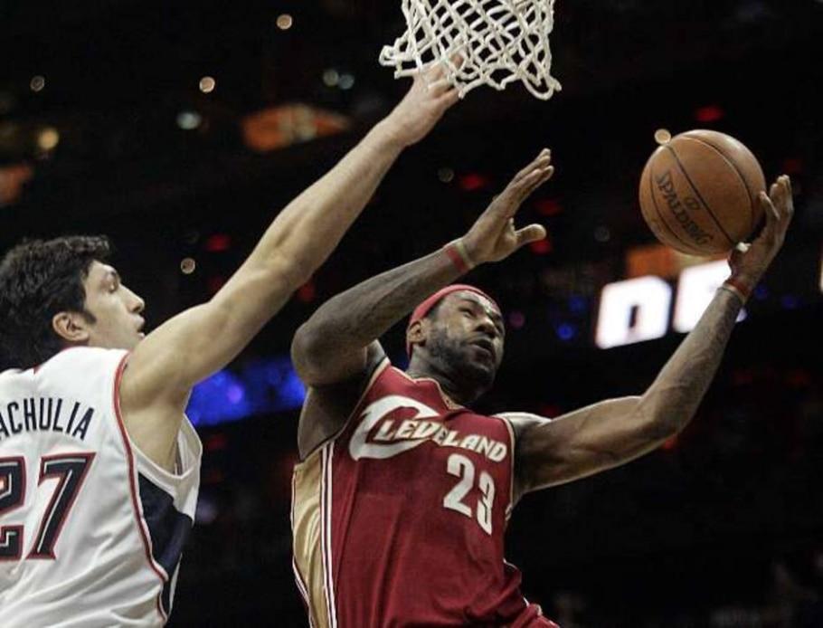 LeBron James passa pela marcação de Pachulia em vitória do Cavs sobre o Hawks - Tami Chappell/Reuters