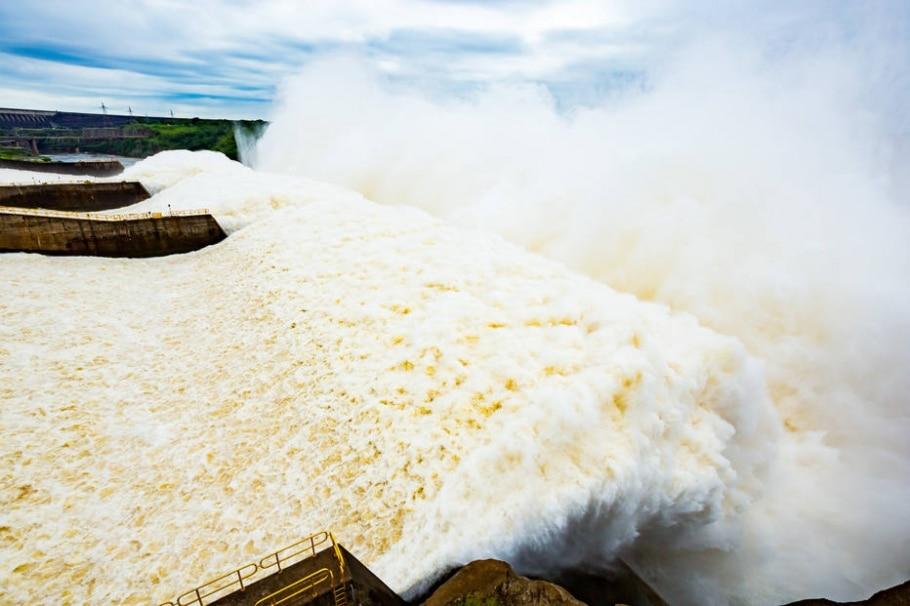 Três calhas do vertedouro da usina foram abertas - Alexandre Marchetti/Itaipu Binacional/Divulgação