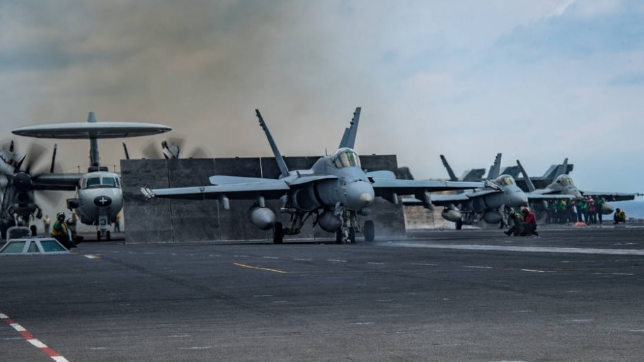 Caças F-18 dos EUA se preparam para lançamento no porta-aviões Carl Vinson, enviado por Donald Trump para a Península da Coreia - U.S. Navy photo by Mass Communication Specialist Seaman Jake Cannady via The New York Times