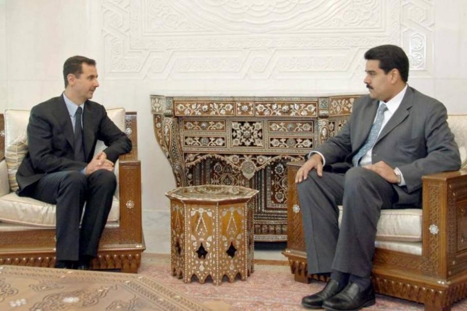 Nicolás Maduro (D) e Bashar Assad se reuniram em Damasco, em 2007, quando o venezuelano ainda era chanceler do país caribenho - Sana via Reuters