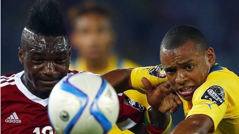O atacante do Congo Bifouma (de vermelho) é um dos artilheiros da Copa Africana com dois gols - Amr Abdalla Dalsh/Reuters
