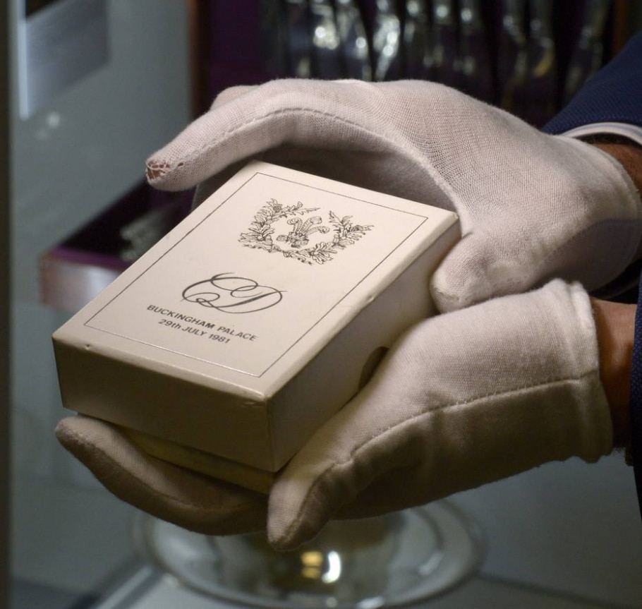 Caixa com um pedaço de bolo do casamento do príncipe Charles com a princesa Diana (1981) - EFE