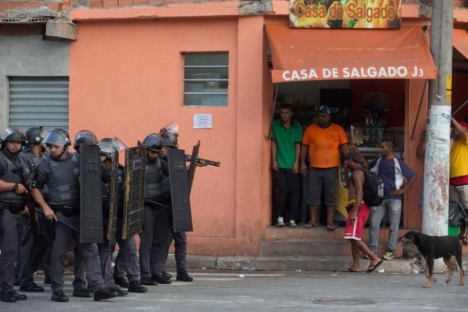 Protesto contra falta de luz deixa PM ferido na zona sul de São Paulo - Daniel Teixeira/Estadão