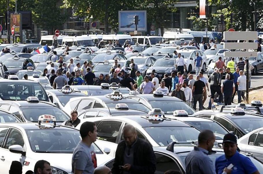 Protesto contra o Uber gera confusão na França - REUTERS/Charles Platiau