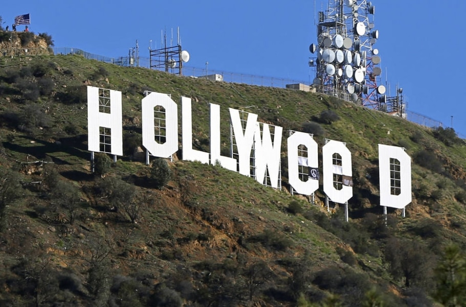 Artista teria usado adesivos e faixas para alterar o famoso letreiro de 'Hollywood' e fazer alusão à machonha - AP Photo/Damian Dovarganes