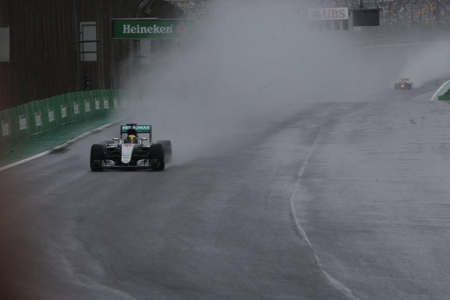Hamilton lidera pelotão na pista molhada - Werther Santana/Estadão