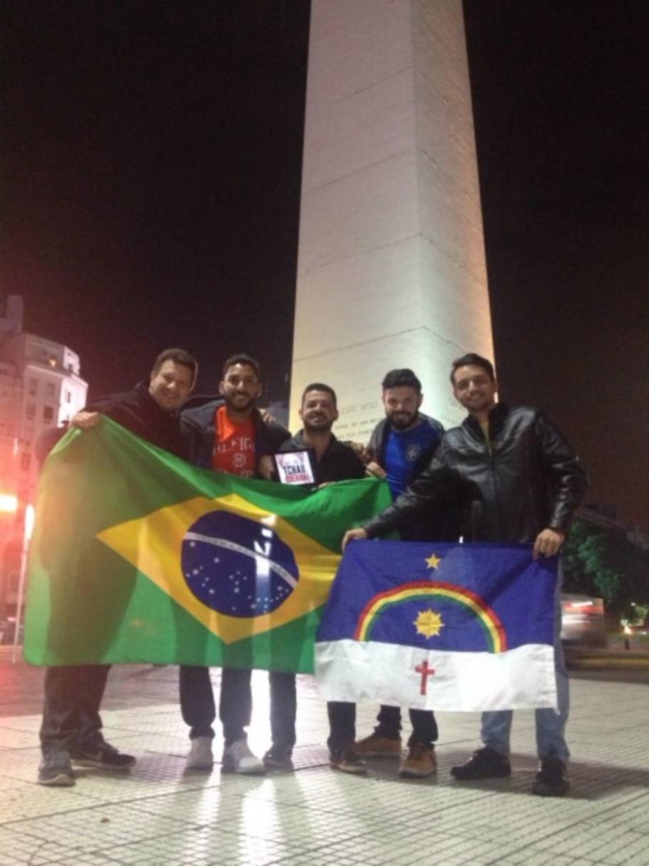 Brasileiros comemoram em Buenos Aires a votação da Câmara dos Deputados pelo impeachment de Dilma - Rodrigo Cavalheiro / Estadão
