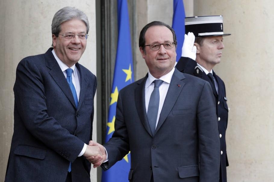 O primeiro-ministro italiano, Paolo Gentiloni (E), cumprimenta o presidente francês, François Hollande, na terça-feira, em Paris; durante viagem de volta à Itália, premiê passou mal e foi hospitalizado - AP Photo/Christophe Ena