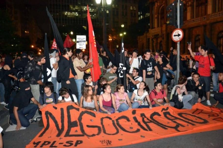 Protesto contra o aumento da passagem de ônibus pelas ruas do centro de São Paulo. 17/03/2011 - Cris Faga/FotoRepórter/AE