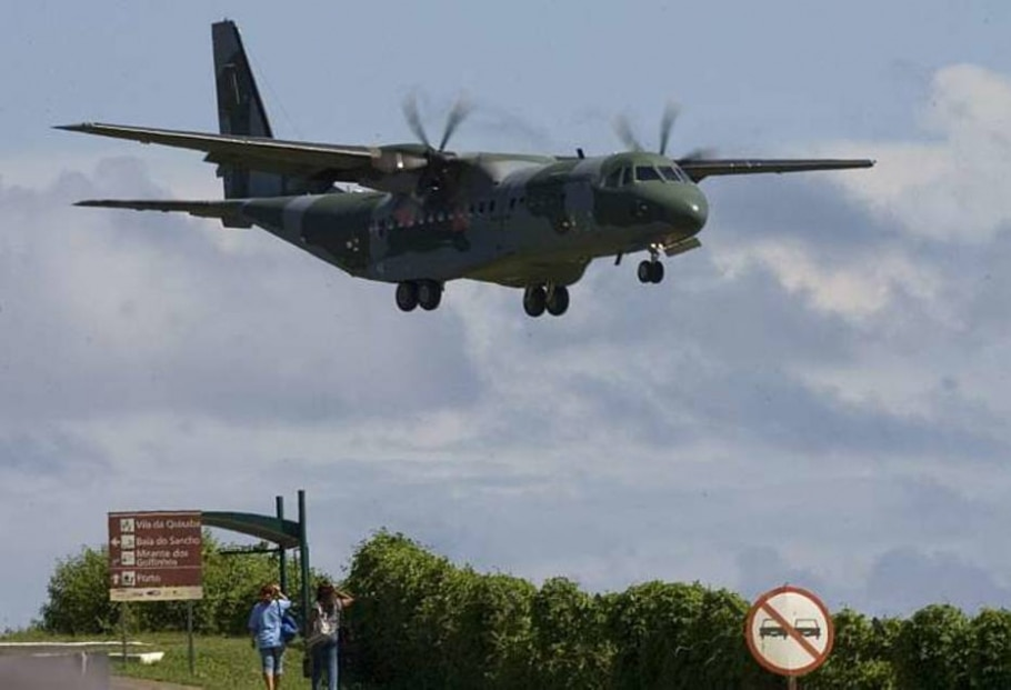Aeronave da FAB deve chegar a Fernando de Noronha, onde estão as operações de busca do airbus A330 - Sebastiao Moreira/Efe