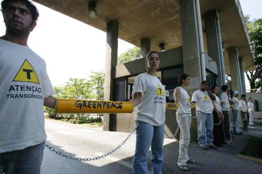 Ativistas do Greenpeace protestam contra empresa em SP - Antonio Milena/AE