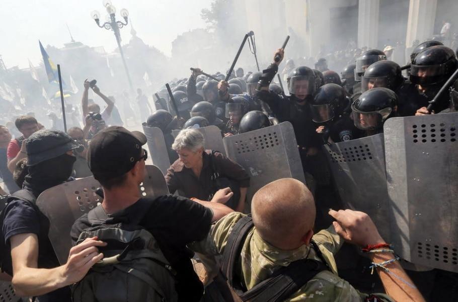 Manifestantes ucranianos enfrentam a polícia na frente do Parlamento - EFE/Sergey Dolzhenko