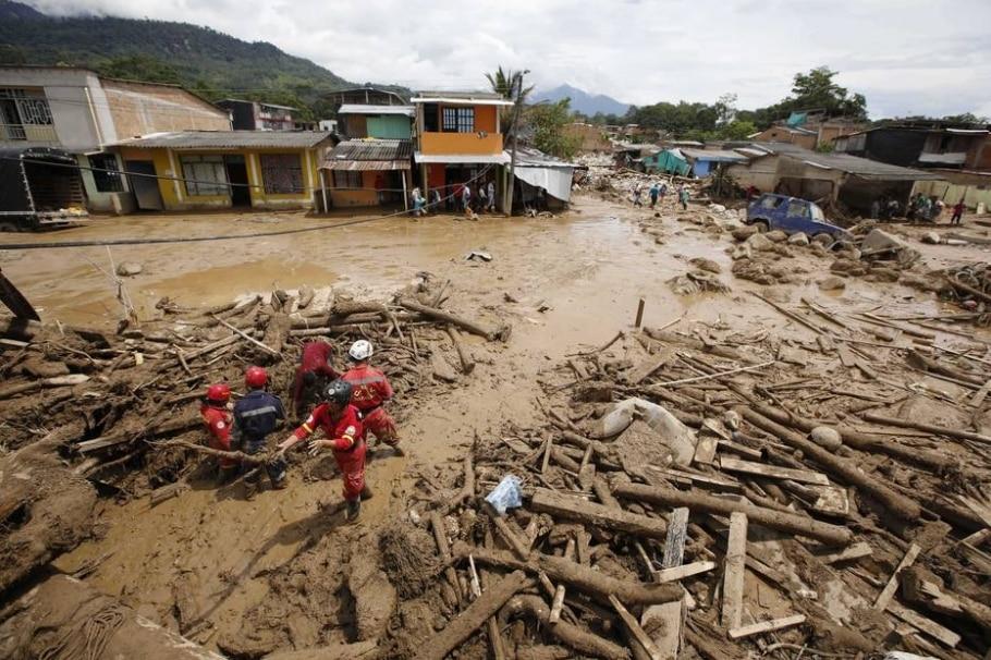Socorristas procuram sobreviventes no meio da lama na cidade colombiana de Mocoa - AP Photo/Fernando Vergara