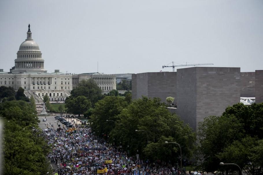 Milhares de pessoas marcham na Avenida Pensilvânia, em Washington, em protesto que questiona a 'agenda de combustíveis fósseis' do presidente Donald Trump - Hilary Swift/The New York Times