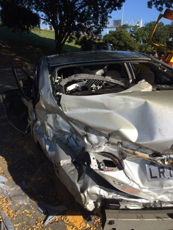 A vítima bateu carro em mureta e foi arremessada para fora do veículo - Polícia Rodoviária Federal/Divulgação